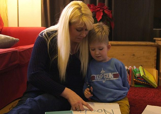 Shelly đang dạy Noah viết tên của mình trên giấy. Các bác sĩ đã từng khuyên cô không nên giữ lại cậu bé ngay từ tuần thai thứ 12