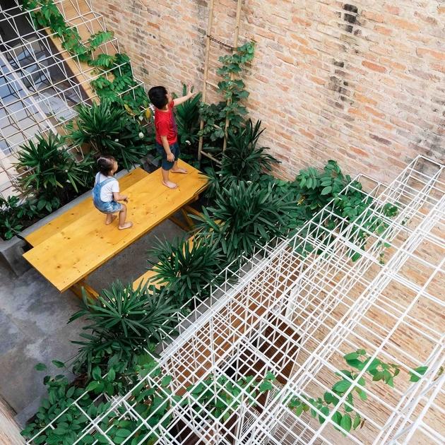 Dàn thép vừa là nơi để cây hoa giấy bám vào, vừa là nơi để lũ trẻ có thể vui đùa trên tầng thượng. Vấn đề an toàn đã được các kiến trúc sư tinh toán và biểu hiện thông qua độ dốc của tấm đan.