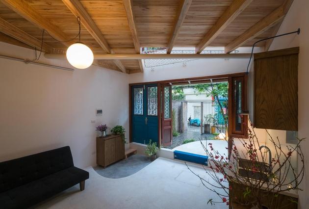 Ngôi nhà có 2 cửa, 1 cửa để giày dép màu xanh, được hạ cốt so với cốt nền chung. Một cửa chính. Chính điều này đã tạo ra một sự ngăn nắp ngay từ ban đầu cho một không gian có phần nhỏ hẹp như Pet House.
