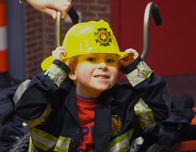 Nhưng có thể trong tương lai, cậu bé sẽ trở thành một người lính cứu hỏa