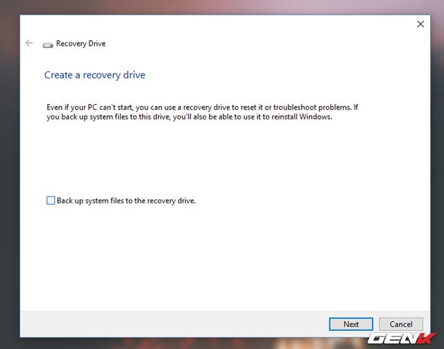 """Hộp thoại thiết lập xuất hiện, hãy bỏ đánh dấu ở lựa chọn """"Back up system files to the recovery drive"""" và nhấn Next."""