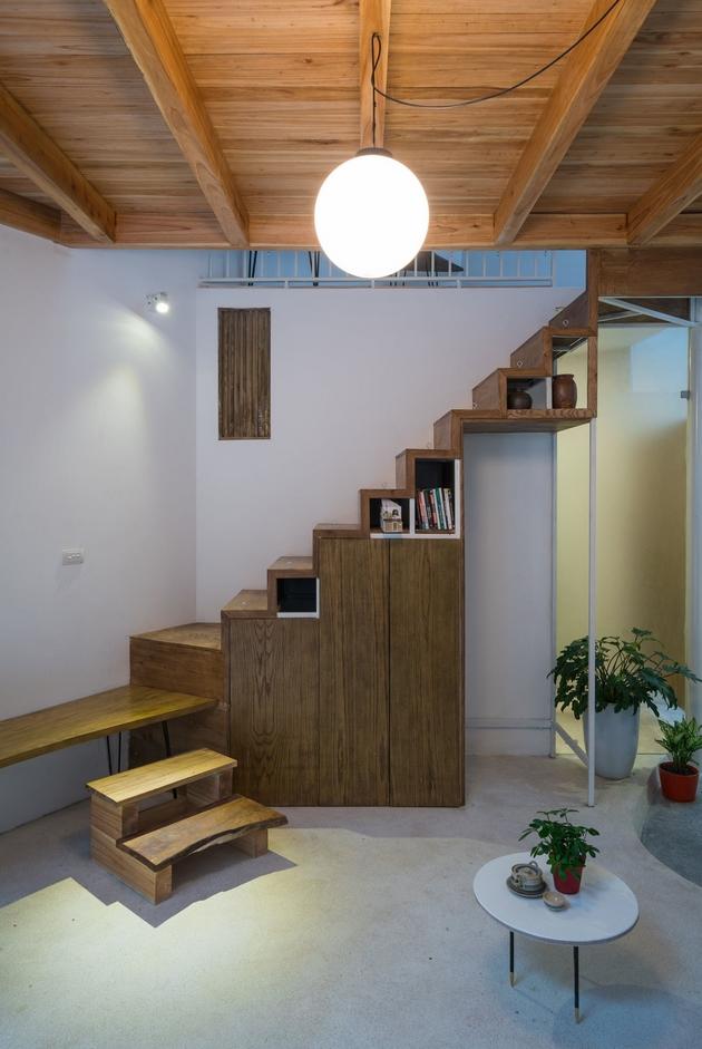 Phần thang được tận dụng phần gầm để đồ đạc, nhằm tiết kiệm diện tích.
