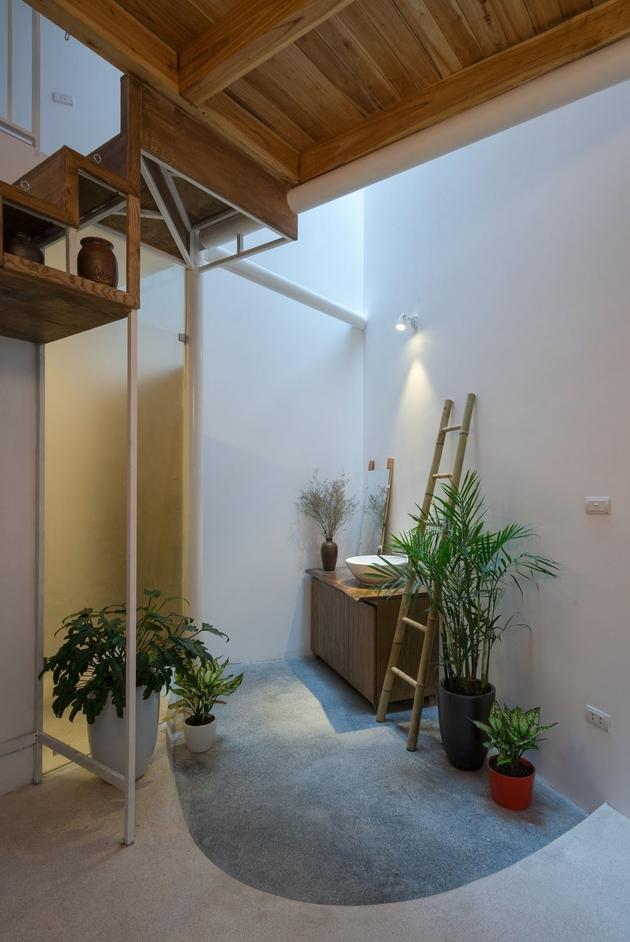 Lavabo được bố trí nơi khoảng thông tầng ở cuối nhà. Chiếc thang tre duyên dáng được đặt tại đó với công năng như một vật để treo khăn mặt hay đơn thuần chỉ để làm đẹp một góc nhỏ không gian?