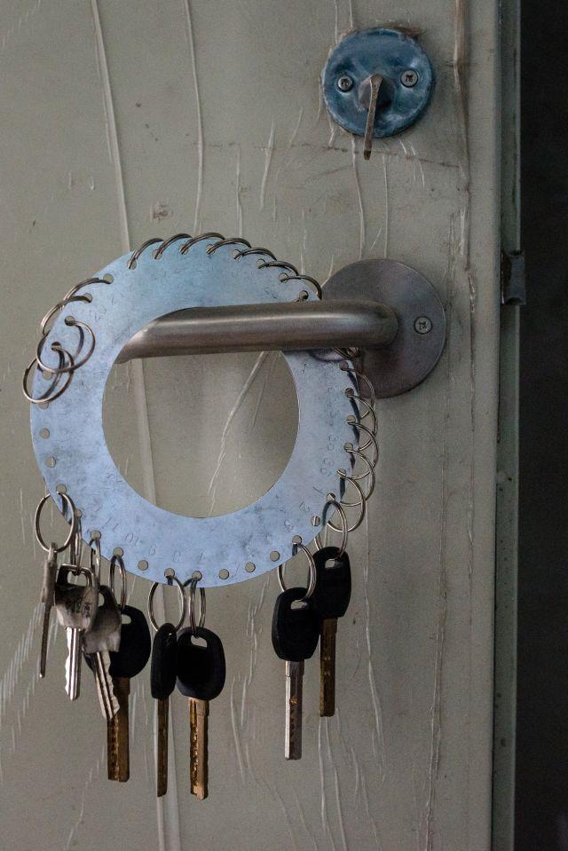 Chìa khóa để ra vào các khu vực nhà xưởng.