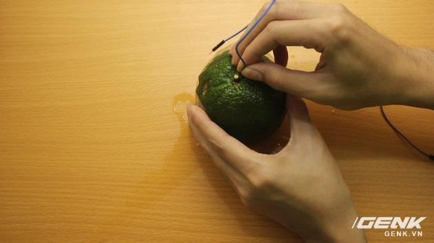 cắm dây vào 2 nửa của quả cam để tạo thành 2 điện cực