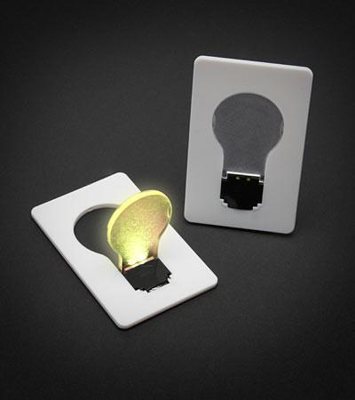 Nếu bất ngờ mất điện, người dùng chỉ cần bật đèn pin từ điện thoại, hoặc nhẹ nhàng rút chiếc thẻ tín dụng phát sáng từ trong ví ra. Thực chất, chiếc thẻ tín dụng này là một chiếc bóng đèn siêu mỏng, có kích thước như những chiếc thẻ tín dụng nên có thể để trong ví. Để sử dụng nó, ta chỉ cần đẩy cái bóng nhỏ lên và nó sẽ phát sáng, trong khi phần còn lại của chiếc thẻ sẽ tạo thành một cái chân đèn. Bộ combo 10 thẻ đèn siêu mỏng này hiện được bán ở mức giá 9 USD (khoảng 200.000 đồng)