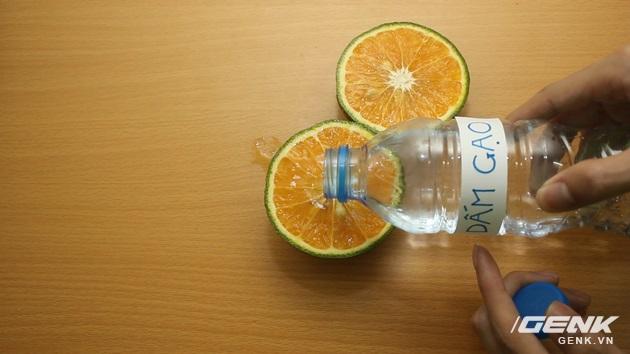 Đổ dấm lên hai nửa quả cam
