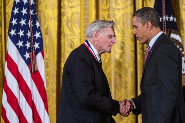 Cụ Goodenough bắt tay cựu tổng thống Obama.