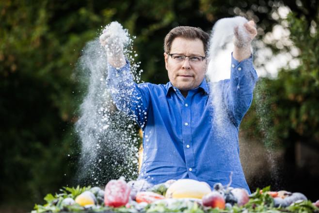 Irakli Loladze tung đường lên rau quả trong một hoạt động truyền thông cảnh báo biến đổi khí hậu ảnh hưởng tới dinh dưỡng của con người