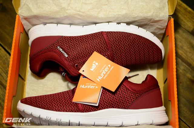 Bên trong hộp là đôi Hunter Feast được xếp gọn gàng, vẫn còn thơm mùi keo của giày mới