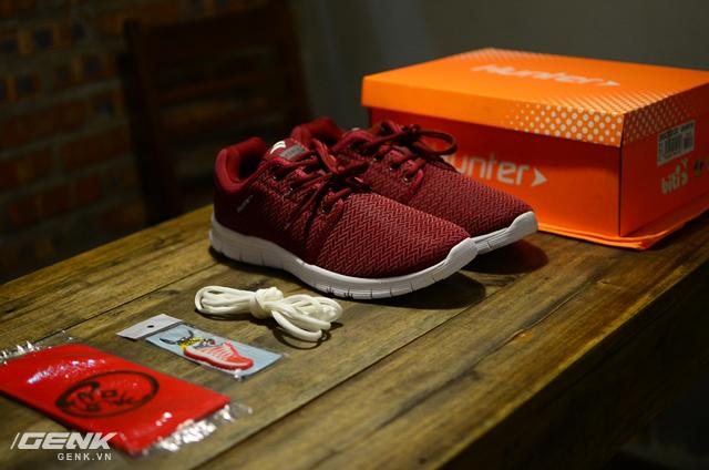 Đi kèm là phiếu bảo hành, hướng dẫn sử dụng, một đôi dây giày trắng, bao gồm cả quà tặng là móc treo chìa khóa Bitis Hunter Originals (phiên bản đầu tiên) và một xấp phong bao đỏ