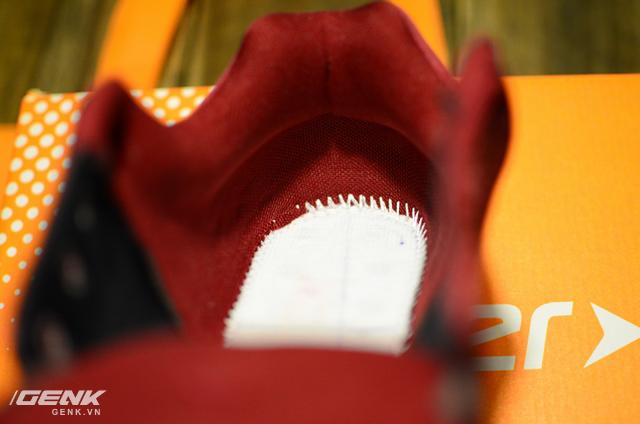 Phần chỉ ghép nối thân giày và đế ở gót hơi lỗi một chút, có lẽ đôi Hunter Feast này chưa thật sự được kiểm tra kĩ lưỡng trước khi xuất xưởng