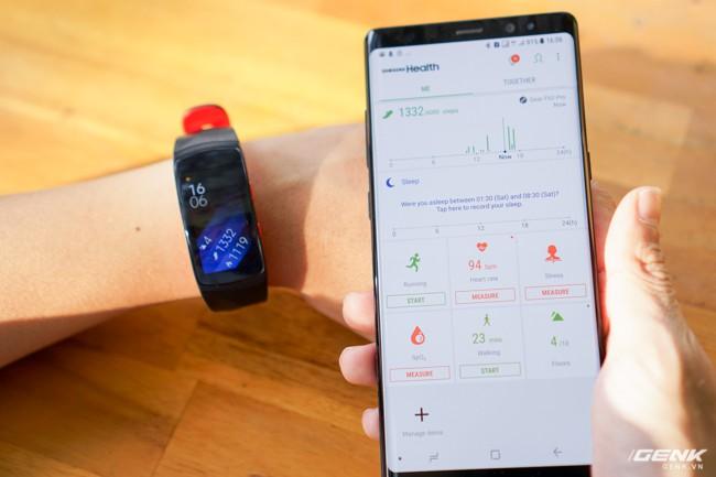 Người dùng cũng có thể theo dõi hoạt động hàng ngày trên ứng dụng Samsung Health trên điện thoại Galaxy của mình, tất cả mọi thông tin đều được đồng bộ, rất tiện lợi.