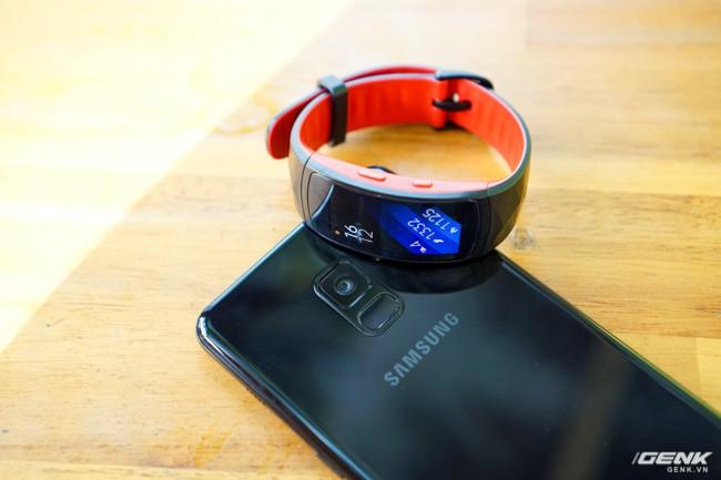Vòng đeo mang tông màu đen-đỏ, nằm cạnh chiếc Galaxy A8+ (2018) cũng sắp chính thức lên kệ cùng ngày.