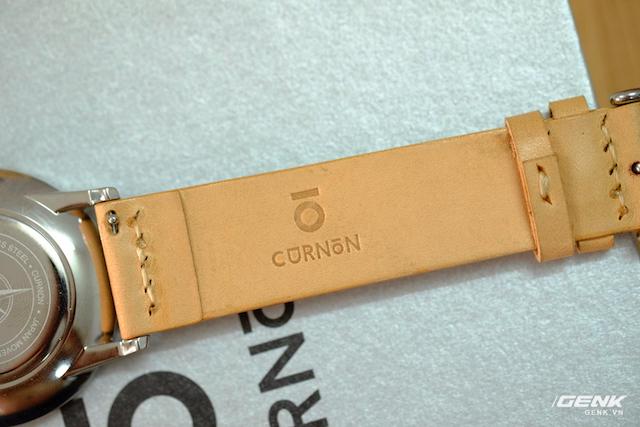 Logo công ty được in ở mặt trong của dây đồng hồ.