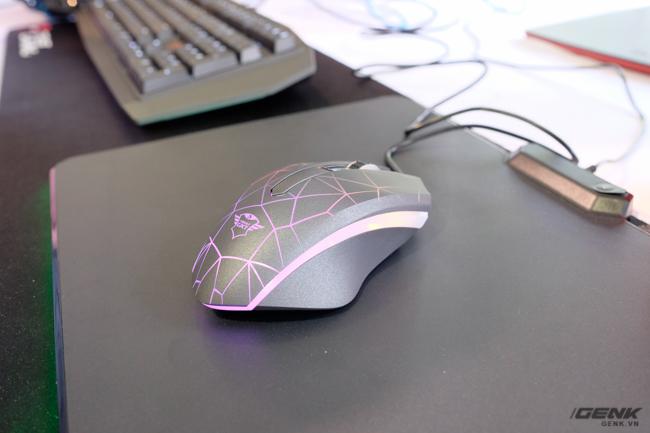 Bên dưới chuột là tấm lót GTX 760 Glide RGB tối ưu cho việc chơi game, với bề mặt làm bằng chất liệu vi sợi (microfiber).