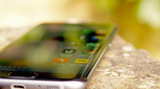 Những thiết bị với cạnh cong tròn đã trở thành đặc trưng cho smartphone Samsung.