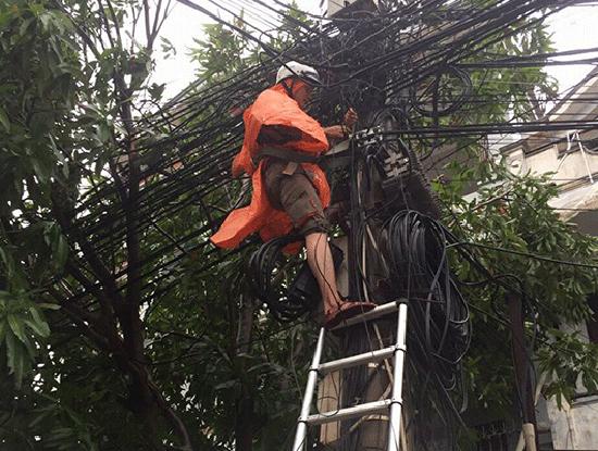Nhân viên kỹ thuật của FPT Telecom thực hiện hàn nối các vị trí cáp đứt do bão số 10 gây ra.