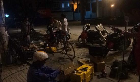 Nhân viên kỹ thuật FPT thực hiện hàn nối các vị trí cáp đứt ngay trong đêm.