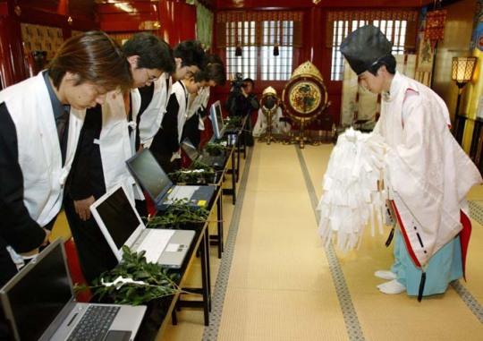 Ban phước cho máy tính tại Nhật Bản.