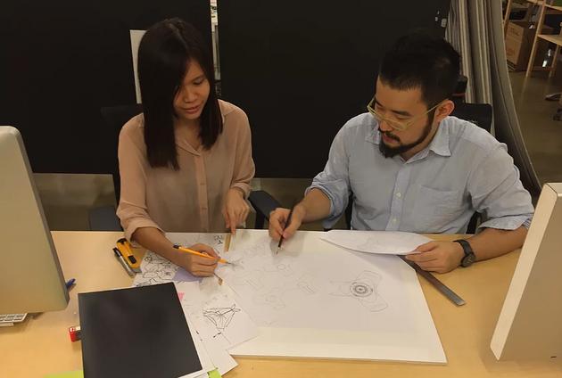 Sheng-Hung Lee và cộng sự đang làm việc cùng các bản thiết kế.