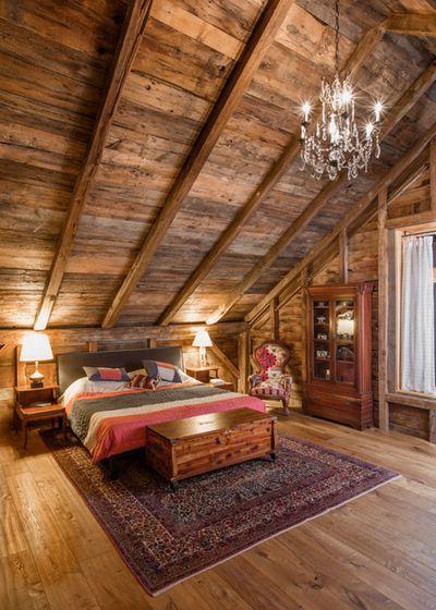 Một căn áp mái với chất liệu hoàn toàn bằng gỗ, chất Rustic phẳng phất quanh đây, tuy nhiên đồ décor và những chi tiết đã cho thấy đây là 1 kết quả của sự giao thoa phong cách.