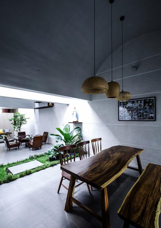 Khoảng ngăn cách ước lệ được thiết lập dựa vào 1 giếng trời và khoảng vườn nhỏ dưới nó. Không gian phòng ăn và phòng khách như tràn vào nhà.