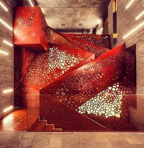 Màu đỏ luôn gợi sự nóng bỏng, nhiều màu đỏ luôn đem lại sự hào hứng và đầy mãnh liệt. Mẫu thang được làm từ những tấm thép lớn, gia công đục lỗ ngẫu hứng đem lại hiệu ứng vô cùng mãnh liệt.