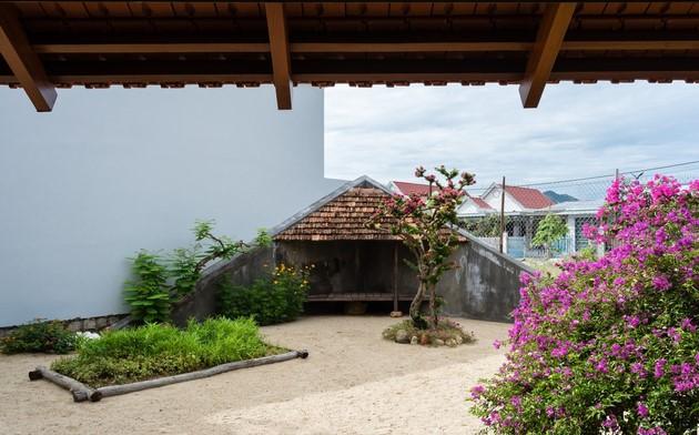 Một khoảng vườn được thiết kế ở mặt tiền. Tính thiền được thể hiện rõ qua bố cục và cách sắp xếp của khu vườn.