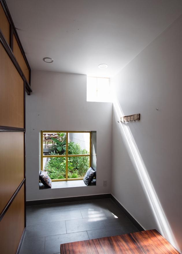 Phòng ngủ với góc cửa sổ có thể ngồi được.
