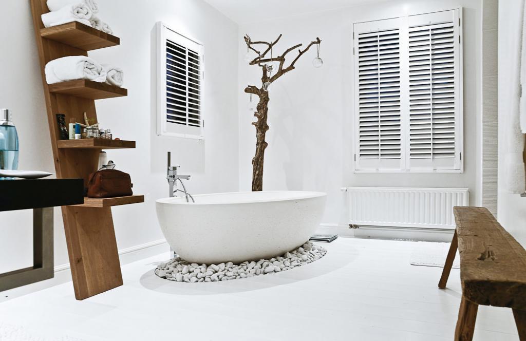 Một chút đá cuội được thêm thắt trong góc phòng tắm giúp không gian có sự cân bằng.