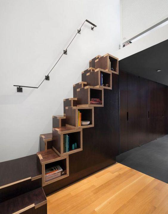 Chiếc cầu thang này được thiết kế với ngôn ngữ giản lược, phần ô trống được tận dụng để sách báo hoặc đồ trang trí nhỏ. Đừng lo lắng về độ an toàn của nó, đã có lan can cách điệu gắn tường rồi