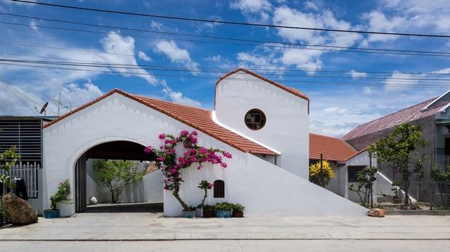 Ngôi nhà nằm trên 1 con đường quê nhỏ nhắn. KTS Nguyễn Hòa Hiệp quan niệm rằng, kiến trúc là sự thân thiện và gợi lên các mối quan hệ xã hội. Đặc biệt, điều này đã được thể hiện rõ ràng trong cấu trúc các ngôi nhà truyền thống với sân trước, khoảng sân và khoảng lối tiếp cận.
