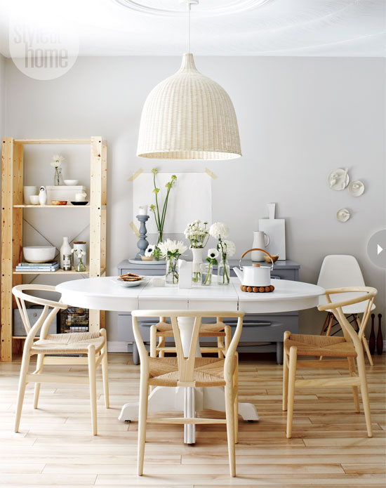 Những chiếc đèn chao mây cùng bộ ghế chữ Y của Hans sẽ giúp không gian Scandinavia có được cảm giác cân bằng và thư thái.