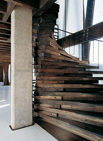 Được ghép từ hàng chục tấm gỗ thịt, chiếc thang này sẽ là điểm nhấn thú vị trong một không gian đại sảnh được thiết kế với ngôn ngữ hiện đại.