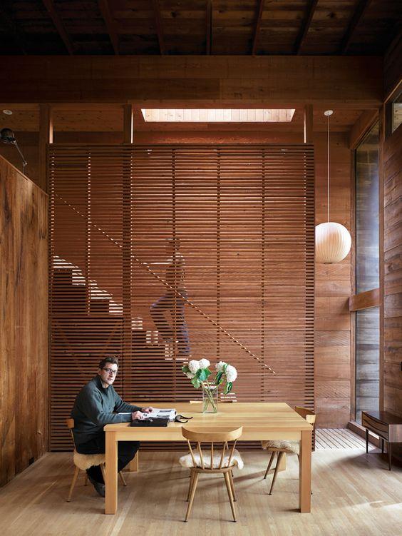 Slatted wall wood, tường lam gỗ là 1 trong những sự gợi ý décor cho 1 không gian Bắc Âu, giúp ngăn cách không gian 1 cách tương đối.