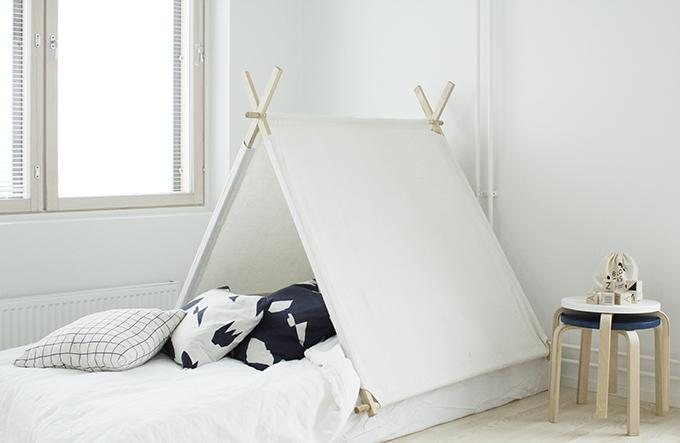 Một chiếc lều trong phòng của lũ trẻ cũng sẽ giúp một không gian phòng ngủ đậm chất Bắc Âu.