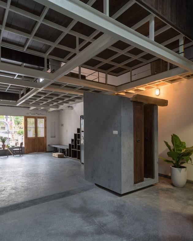 Sàn bê tông mài được sử dụng để làm giảm chi phí công trình. Cầu thang được tận dụng phần gầm để làm giá sách và kho để đồ đạc