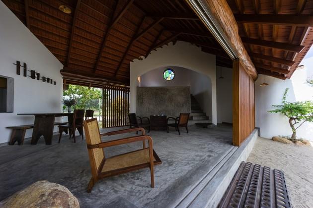 Phòng ăn và phòng khách được liên thông. Các không gian tràn vào nhau và liên kết liên tục với hai khoảng vườn.