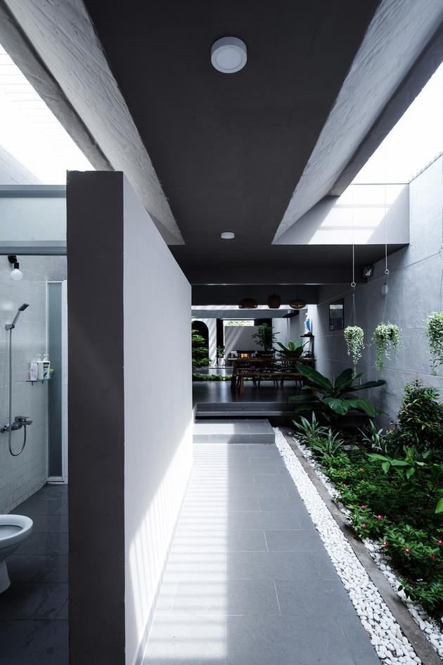 Hành lang kết nối khu tiền sảnh với khu vực phòng khách. Một giếng trời chạy dọc được thiết lập tại đây, nhằm đem lại ánh sáng và dẫn dắt thị giác cho con người.