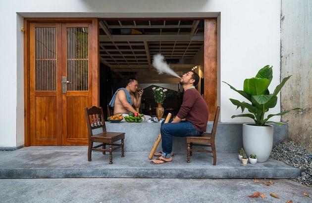 Mặt tiền Cúc cu House khiến người nhìn liên tưởng đến những ngôi nhà ở Việt Nam những năm trước thời kì đổi mới. Với cưa gỗ song sắt, cửa lùa cùng ngạch cửa được tận dụng như một chỗ ngồi để trà đá, bắn điếu thuốc lào, kể dăm ba câu chuyện giản dị mà thân quen.