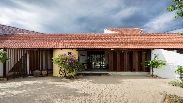 Ngôi nhà được thiết kế theo tỷ lệ của nhà truyền thống dân tộc Chăm, gợi lên một cảm giác thân thiện cho mọi người ngay từ cái nhìn đầu tiên.