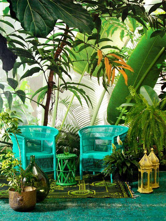 Tất cả các sắc thái xanh, từ xanh lam, xanh ngọc, xanh lá cây…. Đều được sử dụng tối đa trong phong cách nhiệt đới.