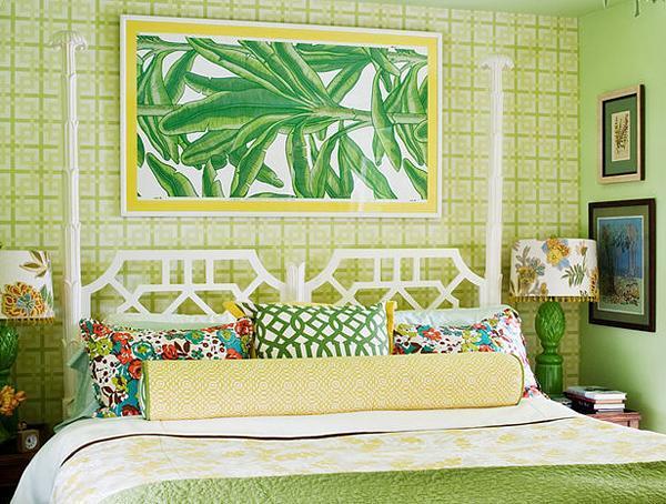 Màu vàng nhẹ nhàng được điểm xuyết trên những họa tiết chăn, gối ôm và được hòa trộn vào màu xanh lá cây ở diện tường phía sau đầu giường.