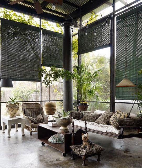 Những tấm rèn cuộn bằng tre, đồ gỗ tếch, ghế mây; cùng lụa, sa tanh khiến căn phòng này tuy đơn giản nhưng vô cùng thanh nhã và ấn tượng.