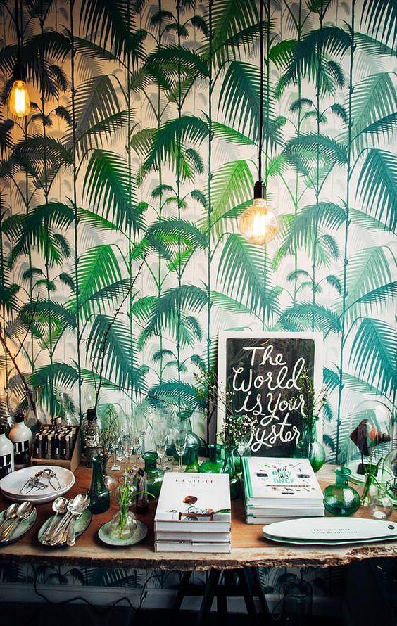 Đề tài về cỏ cây với những loại cây nhiệt đới như cọ, chuối được thể hiện tài tình trên những diện tường. Màu sắc có thể tươi sáng hoặc chắc nặng đậm đà tùy vào sở thích và không gian.