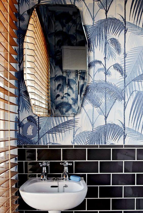 Tường gạch bóng loáng, bức bích họa với tone màu trung tính khiến góc lavabo trở lên thanh nhã hơn bao giờ.