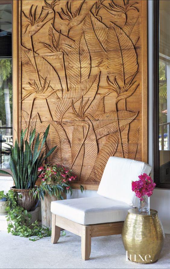 Thay vì dùng bích họa, bạn có thể sử dụng những tấm vách ngăn bằng gỗ có điêu khắc thiên nhiên như thế này.