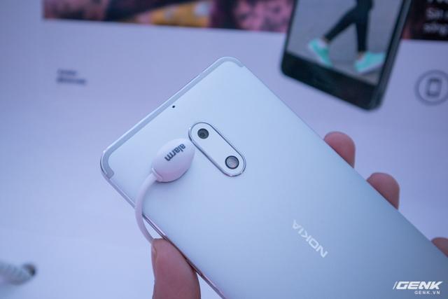 Thiết kế có phần tương đồng với Nokia dưới thời Microsoft, vẫn là hình dáng ôm tròn mặt lưng và sắc nét ở cạnh viền.