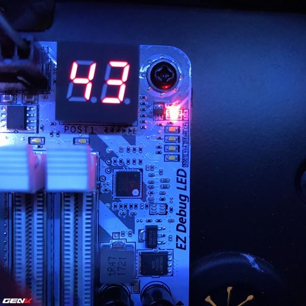 Màn hình LED cùng 4 bóng LED EZ Debug giúp người dùng dễ dàng phát hiện lỗi khi boot.